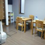 1階共有スペース(キッチン、IHヒーター、テレビ)